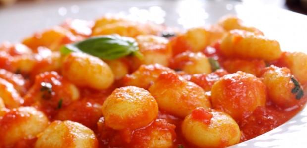 Ñoquis con tomate y huevo